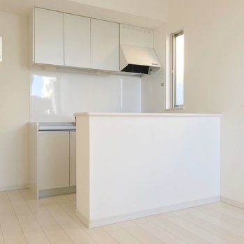 キッチンにはカウンター。白で統一されて清潔感◎(※写真は清掃前のものです)