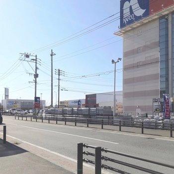 近くのバス停の周りには、ホームセンターやスーパー、古着屋さんがあります。