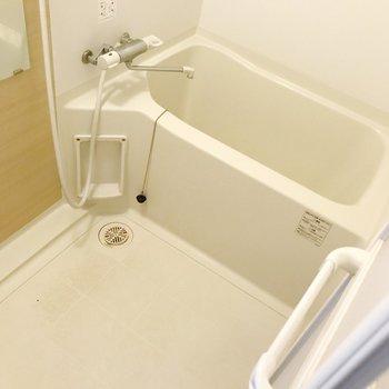 お風呂はサーモ水栓で温度調整簡単です。(※写真は清掃前のものです)