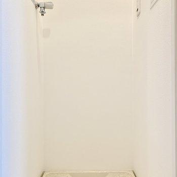 洗濯機は玄関横です。※写真はクリーニング前のものです
