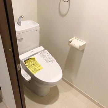 玄関入って正面にトイレ。ウォシュレット付きでとっても綺麗!