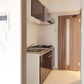 キッチンの左のほうに冷蔵庫を置けます。