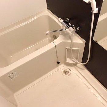お風呂は正面に窓があります。追焚と浴室乾燥機も付いています◎