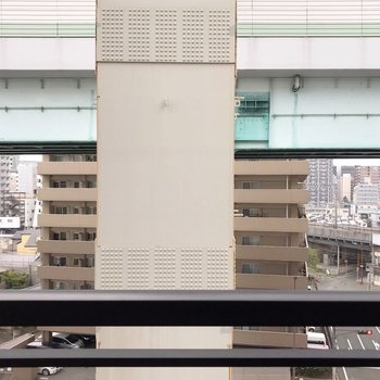 目の前は都市公園だから、窓を開けると音が気になるかも…