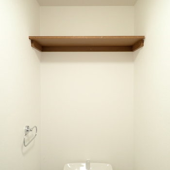 上には棚が。