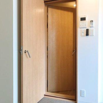 二重扉になっています。