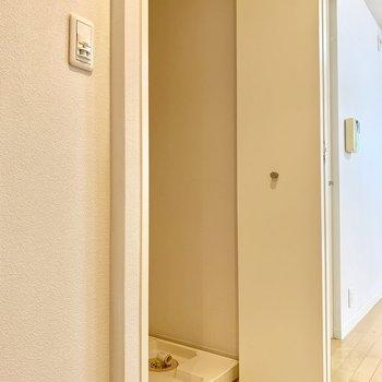 玄関の横に、洗濯機置き場があります。