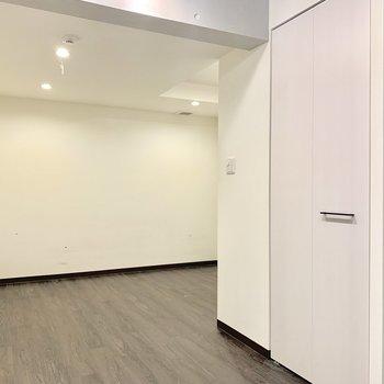 【洋室】逆L字型な空間。※写真は前回募集時のものです