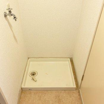 洗濯機置場は洗面所の一番奥。左側はお風呂、右側はトイレです。