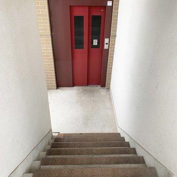 エレベーター前に階段がある、少し変わった造り。