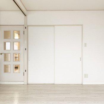 廊下へのドアと、洋室への引き戸。