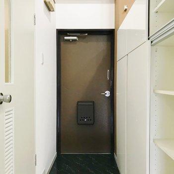 チョコ色の玄関。ちょうどいい広さです。
