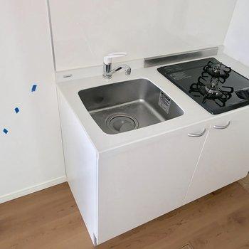 清潔感のあるキッチン。左側に冷蔵庫を置けます。※写真はクリーニング前のものです