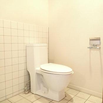そのまたとなりにトイレ