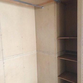 小分けに収納できる棚が付いています。
