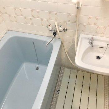 浴室は洗面台とセット。