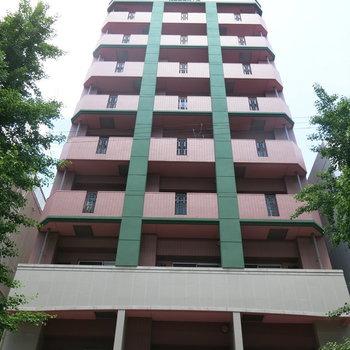 ピンクが目印のマンション。