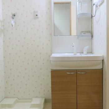 花柄のクロスがかわいい洗面所*。(※写真は9階の同間取り別部屋のものです)
