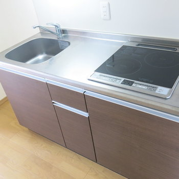 IH式のキッチンでお掃除もしやすくていいですね!(※写真は9階の同間取り別部屋のものです)