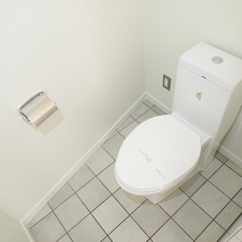 トイレです。壁の斜めがシャレた雰囲気を。