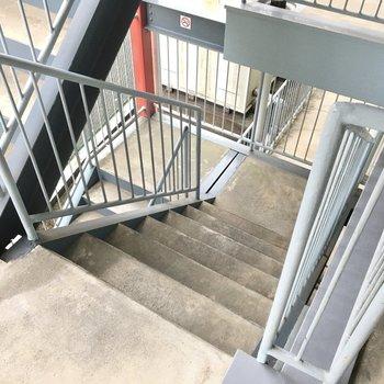 2階までは階段をのぼってね。