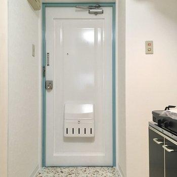 シューズボックスは無いですがキッチン横に狭いですが置くスペースはありそうです。