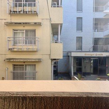 眺望は向かいの建物です