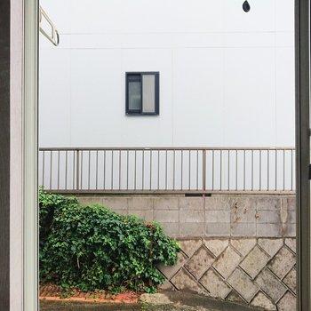 バルコニーはなく、窓からはお隣さんが見えます。