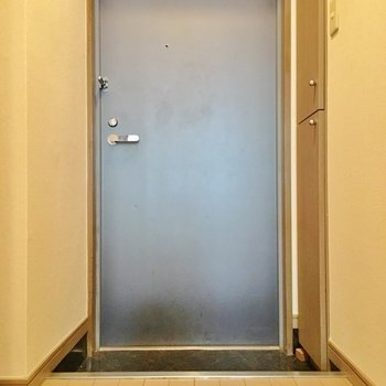 玄関はこちら。(※写真は4階の同間取り別部屋のものです)