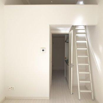 光がきらっと反射するまっしろなお部屋です