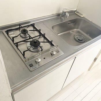 コンロは2口。調理スペースは便利グッズで確保しましょ