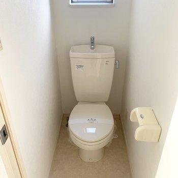 小窓付きのトイレ