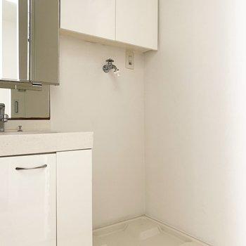 隣に洗濯パン。上部に棚付きです