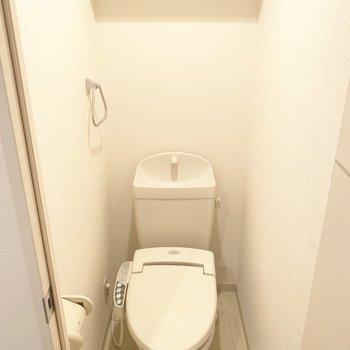 トイレはウォシュレット付き(※写真のお部屋は清掃前のものです)