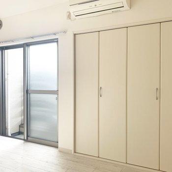 ホワイトなお部屋です。エアコン完備(※写真のお部屋は清掃前のものです)