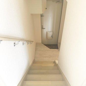 ちょこっと階段降りたらキッチンルーム(※写真のお部屋は清掃前のものです)
