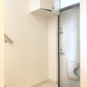 玄関は狭めです(※写真のお部屋は清掃前のものです)