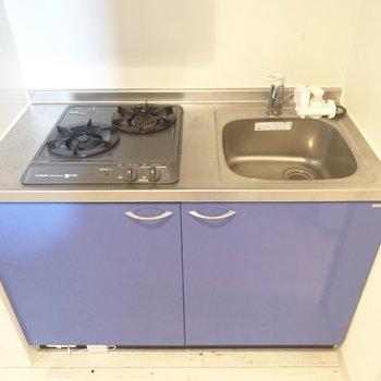 2口コンロです。調理スペースは便利グッズで確保(※写真のお部屋は清掃前のものです)