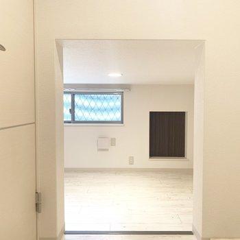 ちょっと低い入り口をくぐって床下収納へ(※写真のお部屋は清掃前のものです)
