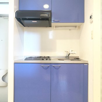 ブルーのツヤっとしたキッチン(※写真のお部屋は清掃前のものです)