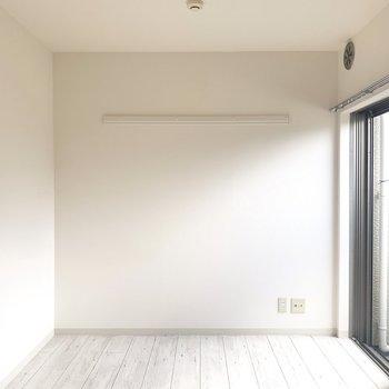 洋室は8帖以上。ピクチャーレール付いてます(※写真のお部屋は清掃前のものです)