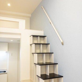 収納にもなる階段を登ると…