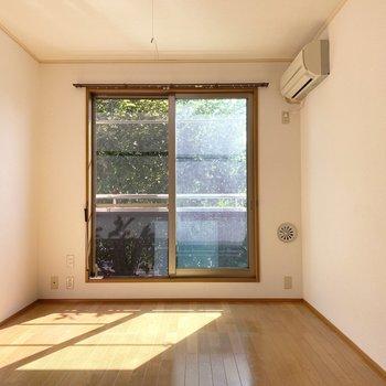大きな窓から差し込むエメラルドグリーン。左側にテレビ端子があるのでベッドは右側かな。