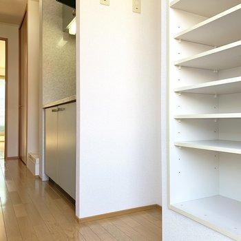 冷蔵庫はキッチンと下駄箱の間にぎゅぎゅっと。