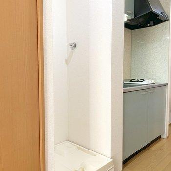 先程の収納スペースの横には洗濯機置き場。