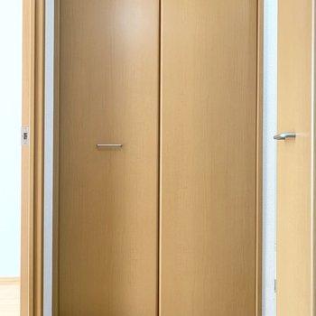 向かい側にも何やら扉が...