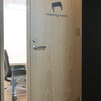 【会議室】4名席のミーティングルームも完備しています。