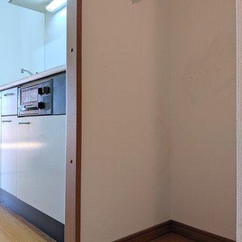 キッチン右に洗濯機置場