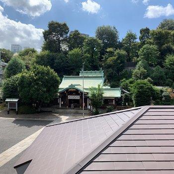洋室の窓からは前の神社が見えます。
