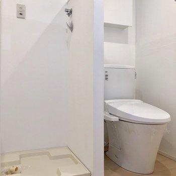 ドアを開けると、トイレと洗濯機置場が並んでいます